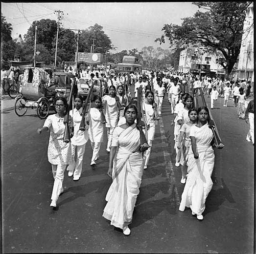 women-marching-in-streets-of-dhaka-in-1971-1152